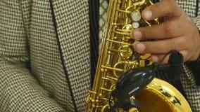Mannelijke hand en saxofoon Het spelen van de mens saxofoon Jazz als art. stock videobeelden