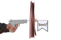 Mannelijke hand met brand een ontsproten krantenpistool Royalty-vrije Stock Foto's