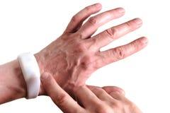 Mannelijke hand met een witte armband Modern apparaat met afstandsbediening De technologische nieuwigheid voor gebruik bij overle stock afbeeldingen