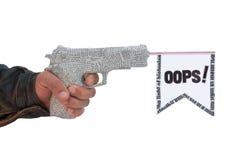 Mannelijke hand met het shoting van krantenpistool en vlag Stock Fotografie