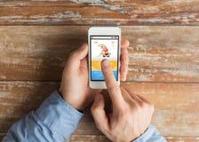 Mannelijke hand met smartphone en sportentoepassing Stock Foto's
