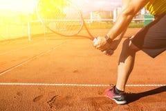 Mannelijke hand met tennisracket stock foto's