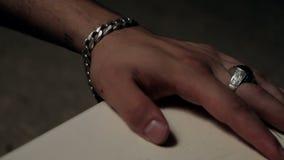 Mannelijke hand op het lijstclose-up stock videobeelden
