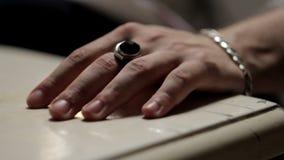 Mannelijke hand op het lijstclose-up stock footage