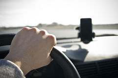 Mannelijke hand op stuurwiel Stock Afbeelding