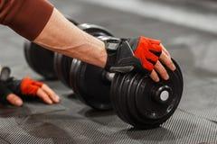 Mannelijke hand wat betreft domoor op de close-up van de gymnastiekvloer Royalty-vrije Stock Afbeeldingen