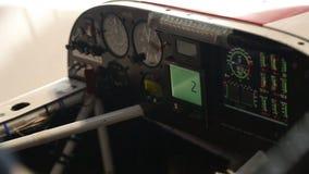 Mannelijke hand wat betreft het scherm aan boord van paneel van kleine vliegtuigen, cursusverklaring stock videobeelden