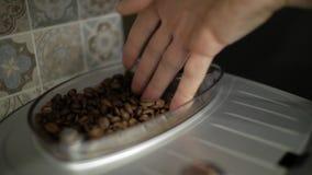 Mannelijke hand wat betreft koffiebonen stock videobeelden
