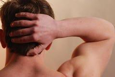 Mannelijke handen achter hoofd Stock Afbeeldingen