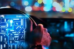 Mannelijke handen die auto met taxiinterface drijven Royalty-vrije Stock Foto