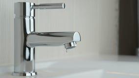 Mannelijke handen die chroom geplateerde kraan van water sluiten stock videobeelden