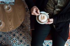 Mannelijke handen die een kop van koffie houden royalty-vrije stock foto