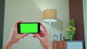 Mannelijke handen die een telefoon met het groen scherm houden royalty-vrije stock afbeeldingen