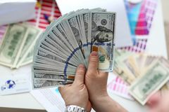 Mannelijke handen die geld van reusachtig pak tellen stock foto