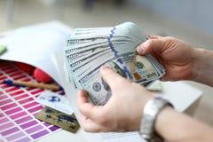 Mannelijke handen die geld van reusachtig pak tellen stock afbeeldingen
