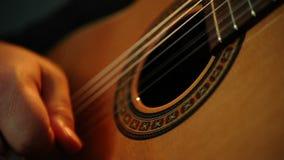 Mannelijke handen die gitaar spelen stock videobeelden