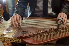 Mannelijke Handen die het Arabische Muzikale Instrument van Qanon spelen Royalty-vrije Stock Foto