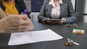 Mannelijke handen die het contract van de huisaankoop ondertekenen stock video