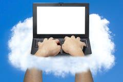 Mannelijke Handen die Laptop Wolk het Betrekken typen Royalty-vrije Stock Foto
