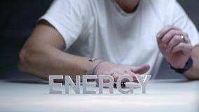 Mannelijke handen die met stuk speelgoed skateboard op de energie van het achtergrondsamenstellingswoord spelen stock videobeelden