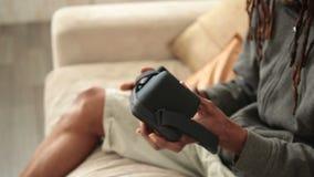 Mannelijke handen die mobiele telefoon opnemen in VR-glazen