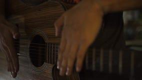 Mannelijke handen die muziek op gitaar spelen terwijl overleg dichte omhooggaand De gitaarspeler speelt muziek op stadiumprestati stock videobeelden