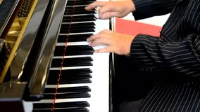 Mannelijke handen die pianosleutels spelen stock videobeelden