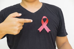 mannelijke handen die rood AIDS-voorlichtingslint houden Stock Fotografie