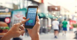 Mannelijke handen die smartphone voor online het winkelen op straat in stad gebruiken royalty-vrije stock fotografie