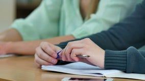 Mannelijke handen die taak schrijven terwijl onderzoek stock video