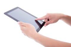 Mannelijke handen die tabletpc met het lege die scherm met behulp van op wit wordt geïsoleerd Stock Afbeeldingen
