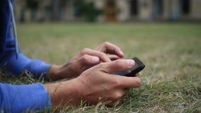 Mannelijke handen met digitale tablet wat betreft het scherm stock videobeelden
