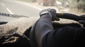 Mannelijke handen van een grote buschauffeurlange afstand stock videobeelden