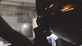 Mannelijke handen van hersteller of mechanische arbeider die oud autolichaam malen die elektrische molenmachine in workshop met b stock footage