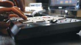 Mannelijke handen van musicus het spelen op trommelmachine in moderne opnamestudio Zijaanzicht van onherkenbare correcte ingenieu stock footage