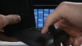 Mannelijke handholding bitcoin en zettend het in zijn portefeuille Concept het verdienen van crypto munt mijnbouw Bitcoin stock footage