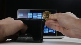 Mannelijke handholding bitcoin en zettend het in zijn portefeuille Concept het verdienen van crypto munt mijnbouw Bitcoin stock video