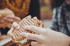 Mannelijke het Eten Hamburger stock afbeeldingen