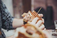 Mannelijke het Eten Hamburger royalty-vrije stock afbeelding