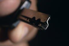 Mannelijke het huissleutel van de handholding Sleutel in een hand Onbeschermde gegevens Stock Afbeelding