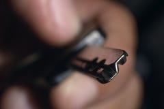 Mannelijke het huissleutel van de handholding Sleutel in een hand Onbeschermde gegevens Royalty-vrije Stock Afbeeldingen