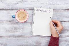 Mannelijke het schrijven doelstellingen voor 2018 Het concept van de planning Hoogste mening Stock Foto's