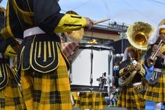 Mannelijke het speltrommel van het bandlid op straattentoonstelling tijdens de jaarlijkse fanfarekorpstentoonstelling royalty-vrije stock fotografie
