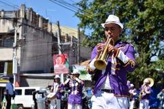 Mannelijke het speltrompet van het bandlid tijdens de optocht van de stadsfestiviteit stock afbeelding