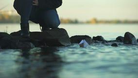 Mannelijke het zetten document boot op water, die psychologische therapie, close-up voorbij goodbying stock video