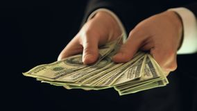 Mannelijke holdingsbos van dollars, bereik bedrijfsmens die geld in casino verspillen stock videobeelden