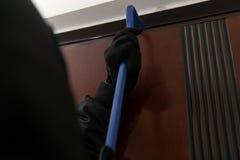 Mannelijke Inbreker In Mask Breaking in het Huis royalty-vrije stock afbeeldingen
