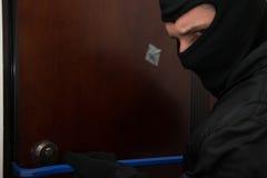 Mannelijke Inbreker In Mask Breaking in het Huis royalty-vrije stock foto's