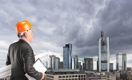 Mannelijke ingenieur die gebouwen bekijkt Royalty-vrije Stock Afbeelding