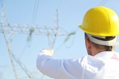 Mannelijke ingenieur die zich bij elektriciteitspost bevinden Royalty-vrije Stock Afbeeldingen